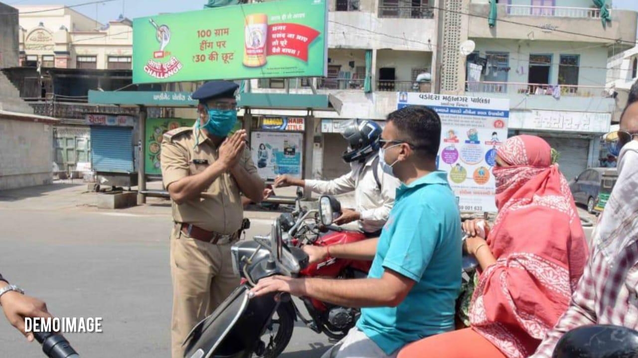 #Ahmedabad - માસ્ક અયોગ્ય રીતે પહેરવા બદલ કાર રોકી તો મહિલા બોલી - તું હલકી છે, પૈસા ભેગા કરવા ઊભી છે, ચાલતી થા