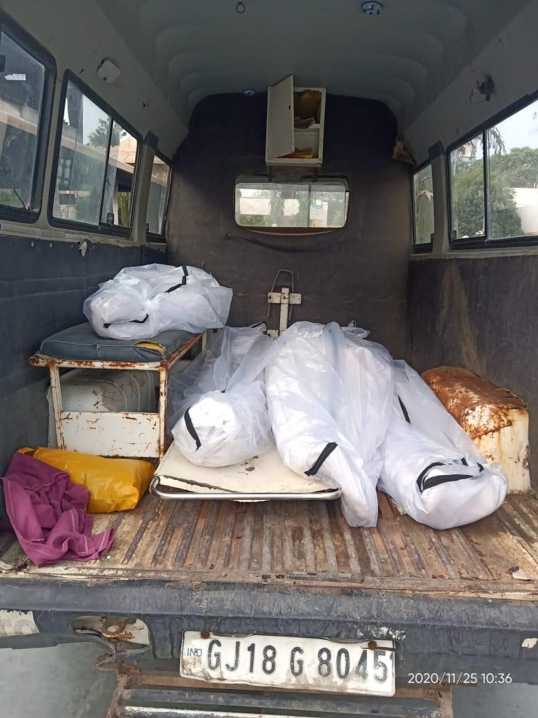 #Gandhinagar : સેક્ટર-30 સ્મશાનગૃહમાં એક જ એમ્બ્યુલન્સમાં 4 મૃતદેહો ખડકાતા રોષ