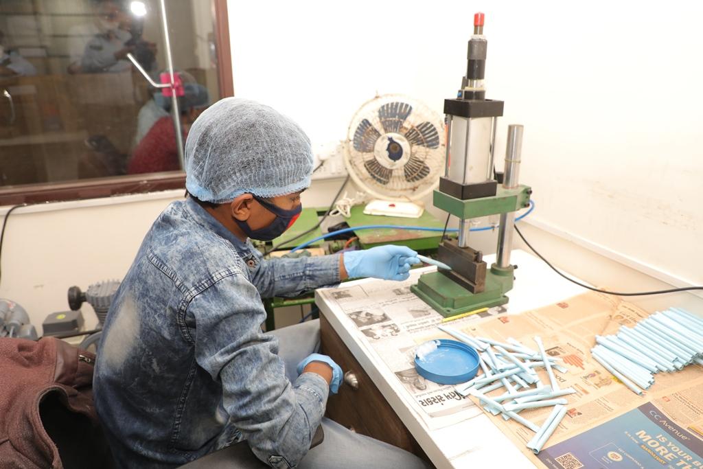 WASTE માંથી 'THE BEST' : પર્યાવરણ બચાવવા માટે યુવાસાહસિકોએ રીસાયકલ પેપરમાંથી બનાવી પેન, પેપર અને ડાયરી