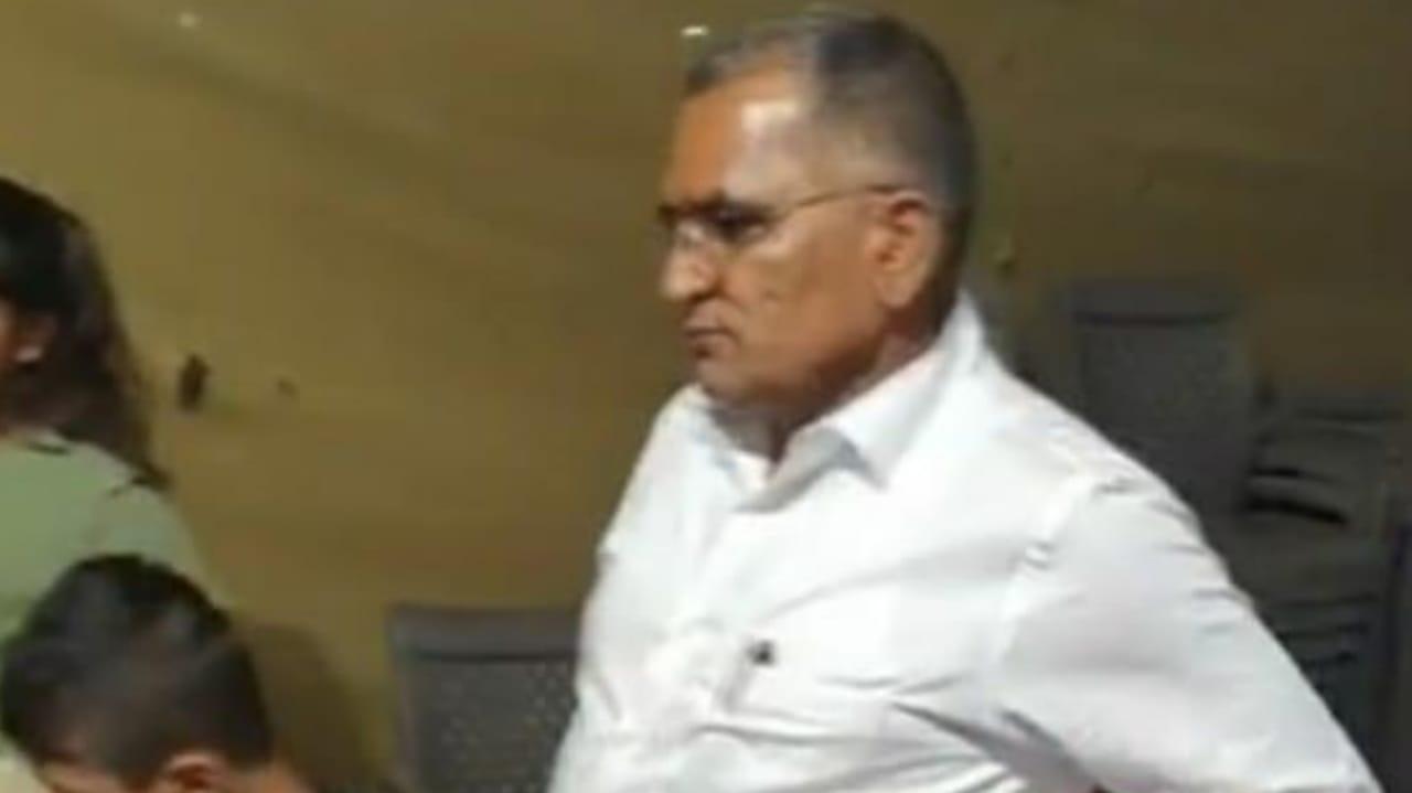 #SURAT - BJP MLA વી.ડી.ઝાલાવડીયાએ પૌત્રીની બર્થ ડેની ઉજવણીમાં માસ્ક ન પહેરતા વિવાદ
