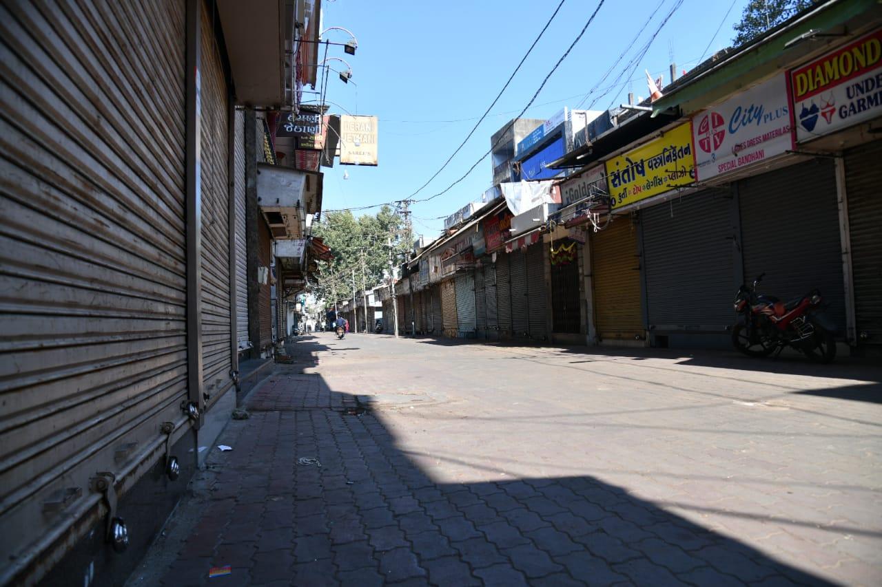 #Vadodara - ગરીબ અને મધ્યમવર્ગીય પરિવારો માટે 'મોલ' ગણાતું મંગળબજાર રજાના દિવસે બન્યું સુમસામ, જુઓ તસ્વીરો