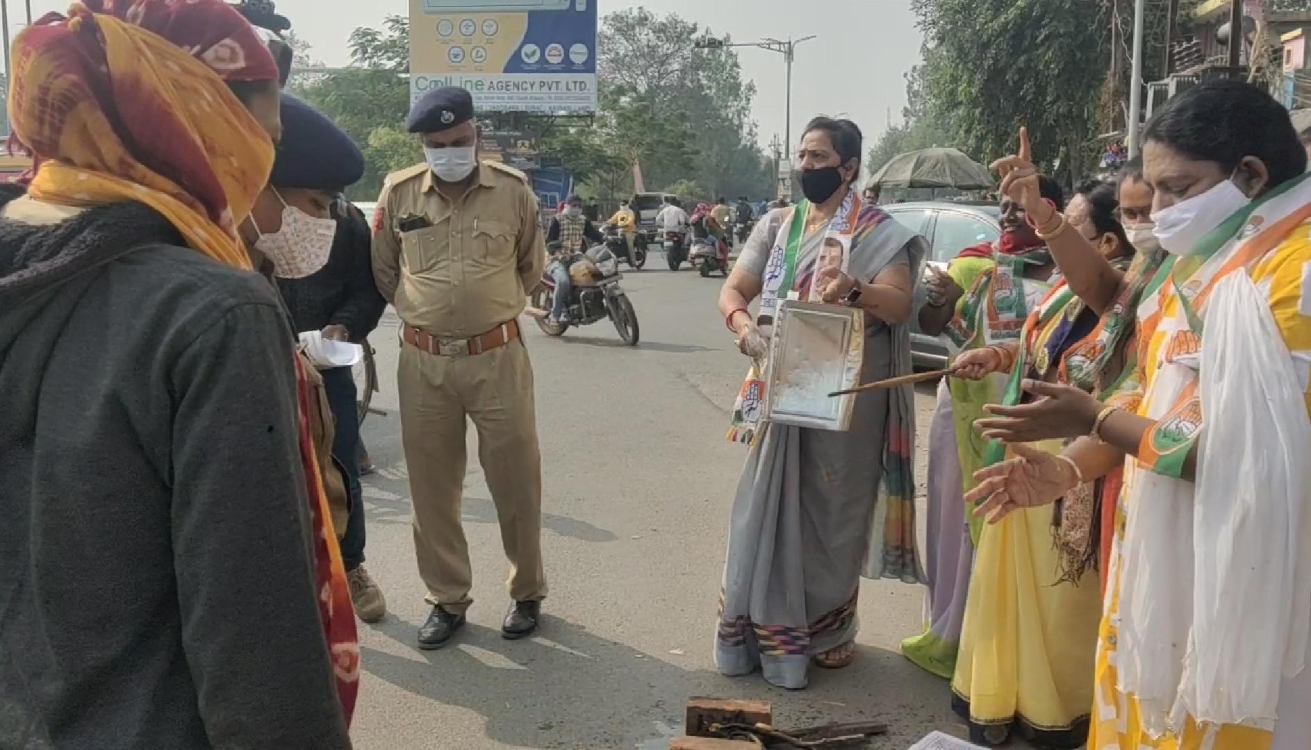 #Bharuch : મોંઘવારીનો અનોખો વિરોધ - જાહેરમાં સળગાવ્યા ચૂલા, કોંગ્રેસ પાસે વિરોધ માટે પણ કાર્યકરો નહિ