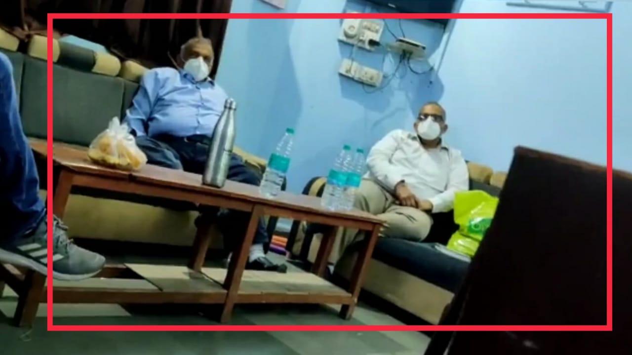 #Rajkot - કોવિડ હોસ્પિટલ અગ્નિકાંડના આરોપી ડોક્ટર્સને પોલીસ મથકમાં VIP સુવિધા મળી, જુઓ VIRAL VIDEO