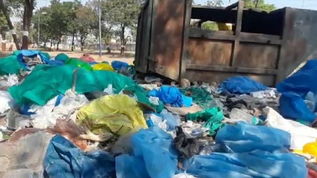 #Bharuch - લાપરવાહ તંત્ર : સિવિલ હોસ્પિટલમાં વપરાયેલી PPE કીટ અને મેડિકલ વેસ્ટનો જાહેરમાં ઢગલો કરાયો