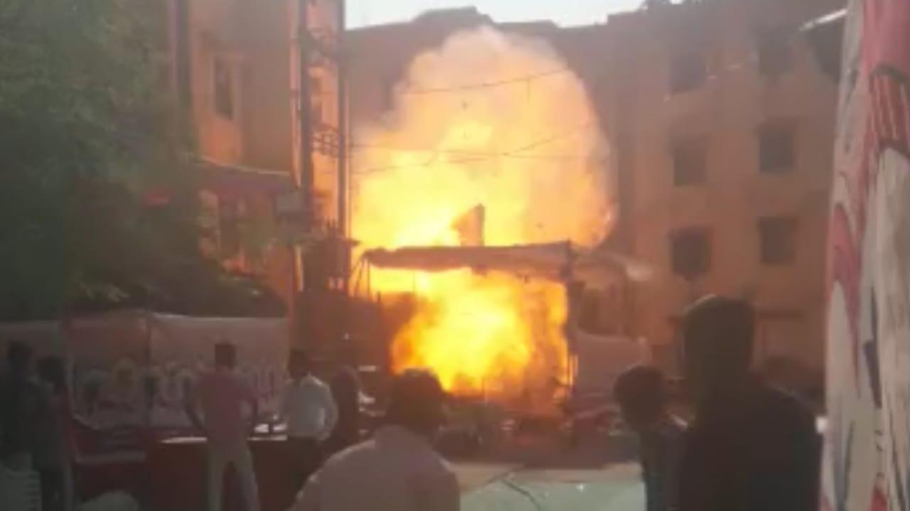 #Vadodara - લગ્ન પ્રસંગમાં ગેસના સિલિન્ડરમાં આગ લાગતા બોમ્બ ફુટ્યો હોય તેવો જોરદાર ધડાકો થયો, જુઓ VIDEO