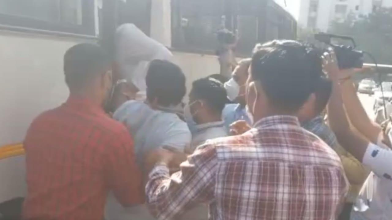 #Rajkot - ખેડૂત આંદોલનનાં સમર્થનમાં કિસાન સંઘની કલેક્ટરને રજૂઆત, 12 કાર્યકરોની ટીંગાટોળી કરી અટકાયત