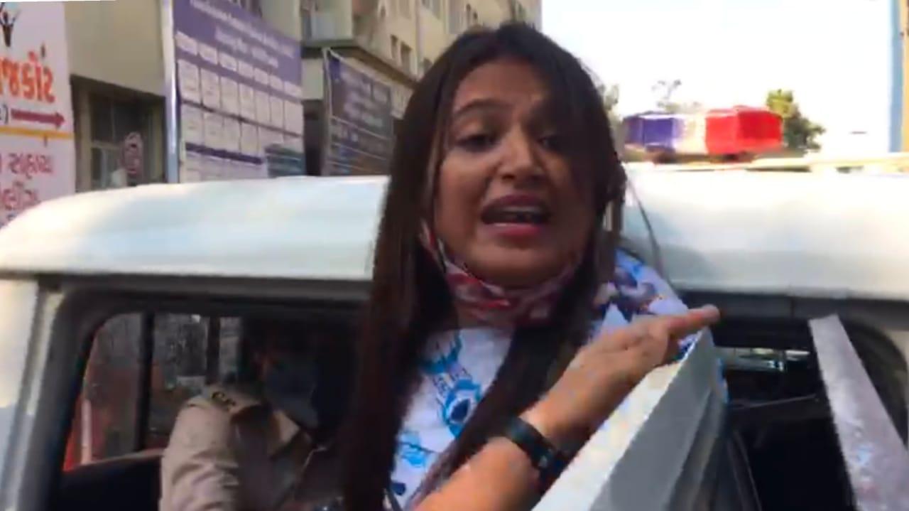 #Rajkot - સિવિલ હોસ્પિટલમાં રિયાલિટી ચેક કરવા પહોંચેલા NCP નેતા રેશ્મા પટેલની અટકાયત, પોલીસે ધક્કો મારી ગાડીમાં બેસાડતા ઠાલવ્યો આક્રોશ - વિડીયો VIDEO
