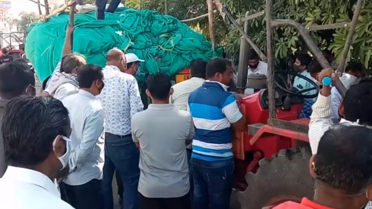 ખરીદી નહિ કરતા રોષ, કરજણ APMC પરિસરમાં ખેડુતોએ કપાસનો જથ્થો સળગાવ્યો