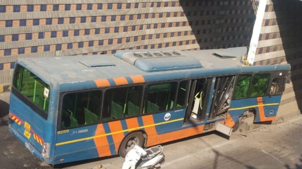 #Ahmedabad - અખબારનગર અન્ડર બ્રિજમાં BRTS બસ દીવાલમાં ઘુસી જતા બસના બે ફાડિયા થયા, ડ્રાઈવર સહિત પાંચને ઈજા, જુઓ VIDEO