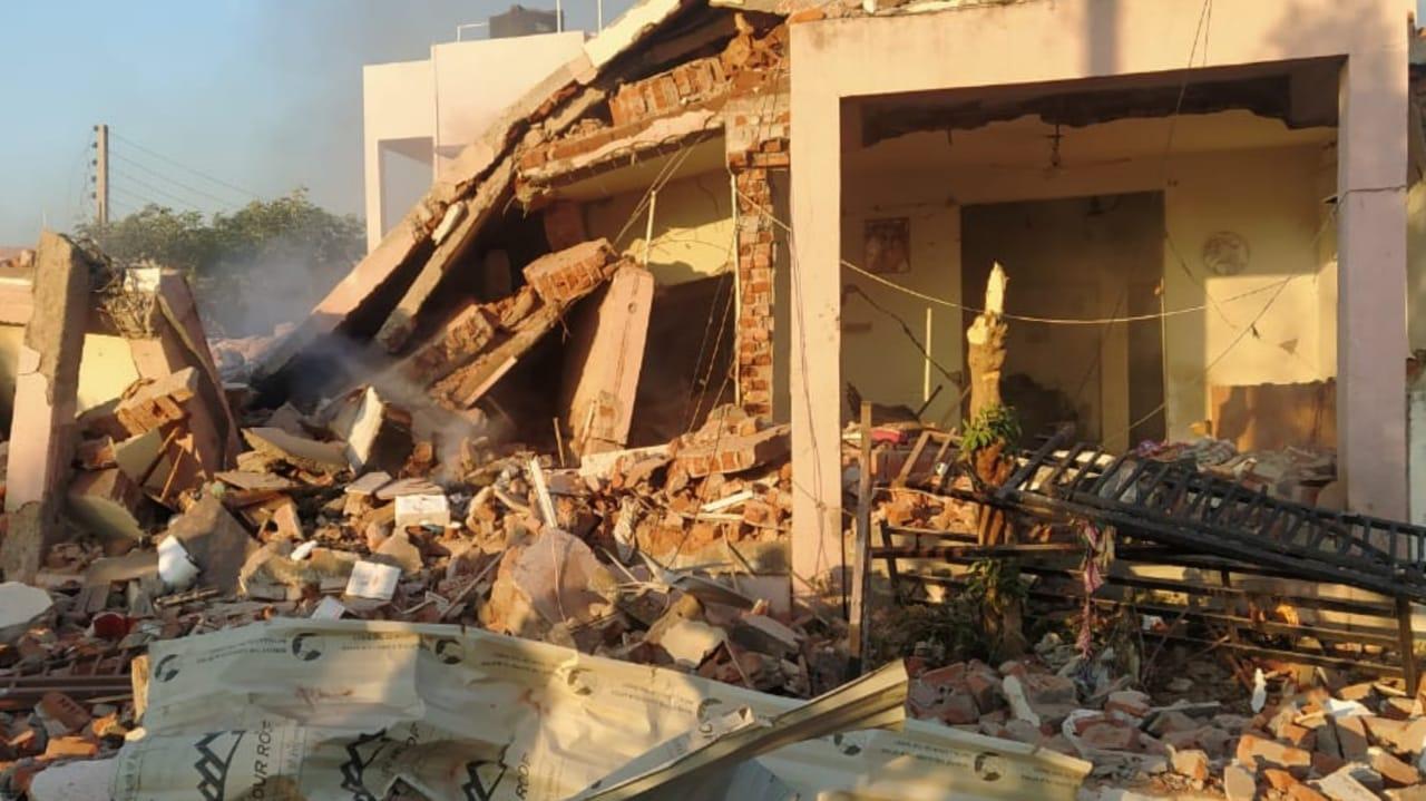 Kalol : જમીનમાં ભેદી બ્લાસ્ટ થતા બે મકાન ધરાશાયી, એકનું મોત અનેક ઘાયલ