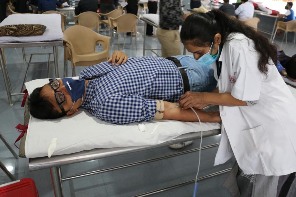 #Surat - જરૂરિયાતને પહોંચી વળવા ડાયમંડ કંપનીના 283 રત્નકલાકારોએ રક્તદાન કરી માનવતા મહેકાવી