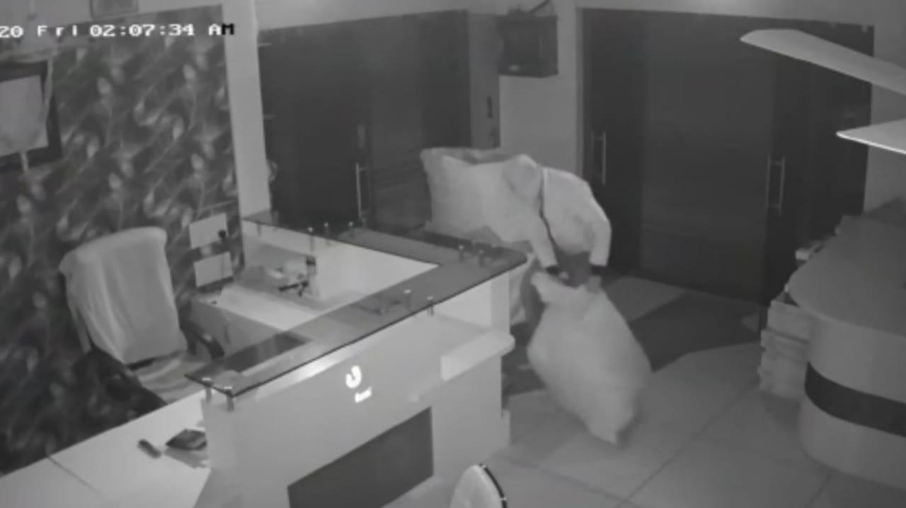 #Vadodara - રાત્રી કર્ફ્યુમાં બેફામ બન્યા ચોર : બાજવા કોયલી રોડ પર એક જ રાતમાં 17 દુકાનના તાળા તૂટ્યા, જુઓ CCTV