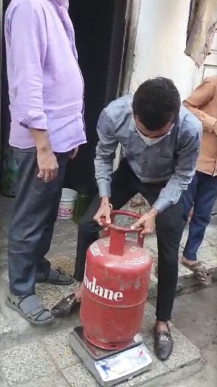 #Surat - રાંધણ ગેસના બોટલમાં ગેરરીતી : ઓછો ગેસ આપી પુરા પૈસા વલુસવાનું કૌભાંડ
