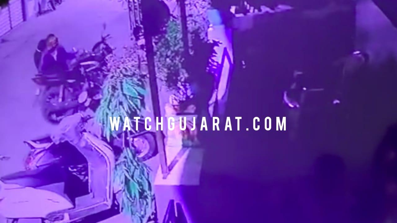 #Vadodara - ઉંઘતી જવાહરનગર પોલીસ : 7 દુકાન બાદ હવે 2 બાઇક અને ત્રણ મકાનના તાળા તુટ્યા, જુઓ CCTV