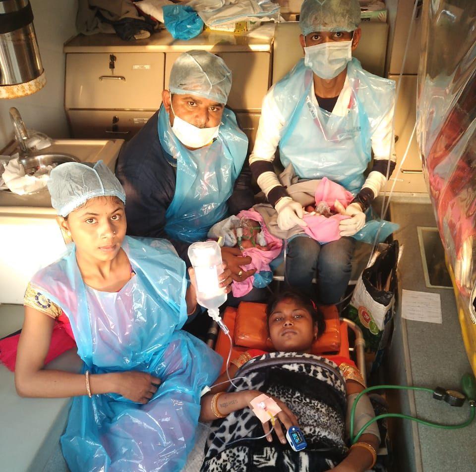#Rajkot - 108 એમ્બ્યુલન્સ બની જોડિયા બાળકોની જન્મભૂમિ, પીડિતાની વેનમાં પ્રસૂતિ કરાઈ