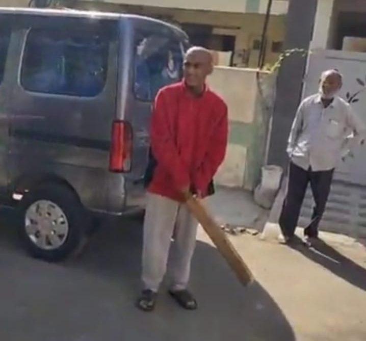 #Rajkot - વર્ષો પછી ઓરડીની બહાર આવેલા ત્રણેય ભાઈ-બહેનની સ્થિતિ સુધરી, સૌથી નાનો ભાવેશ શેરીમાં ક્રિકેટ રમ્યો