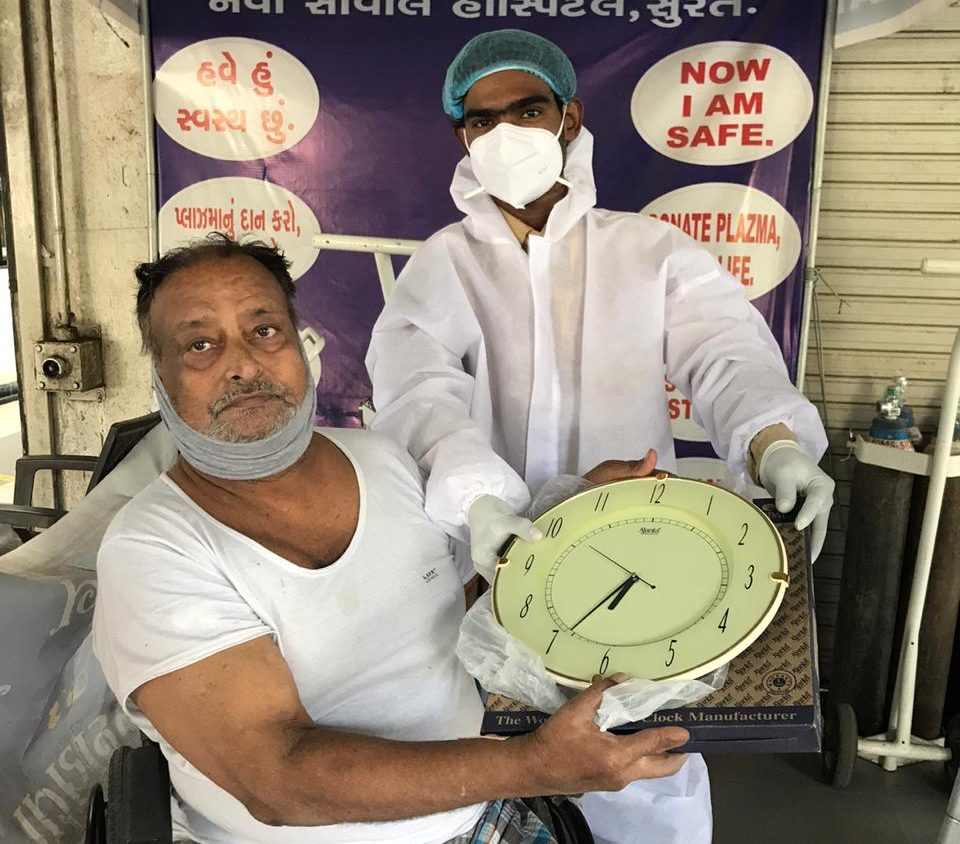 #Surat - કોવિડ વોર્ડમાં ઘડિયાળ ભેટ આપી સાજા થયેલા દર્દીએ કહ્યું : ' મારો સારો સમય આવ્યો એમ વોર્ડના અન્ય દર્દીઓનો સારો સમય આવશે'