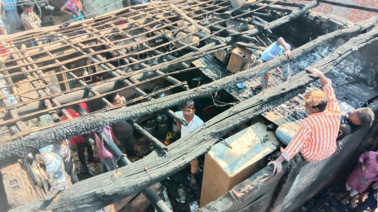 #Bharuch - ટંકારીયા ગામે 3 કાચા મકાનોમાં લાગી આગ, મજૂર પરિવારો બન્યા બેઘર