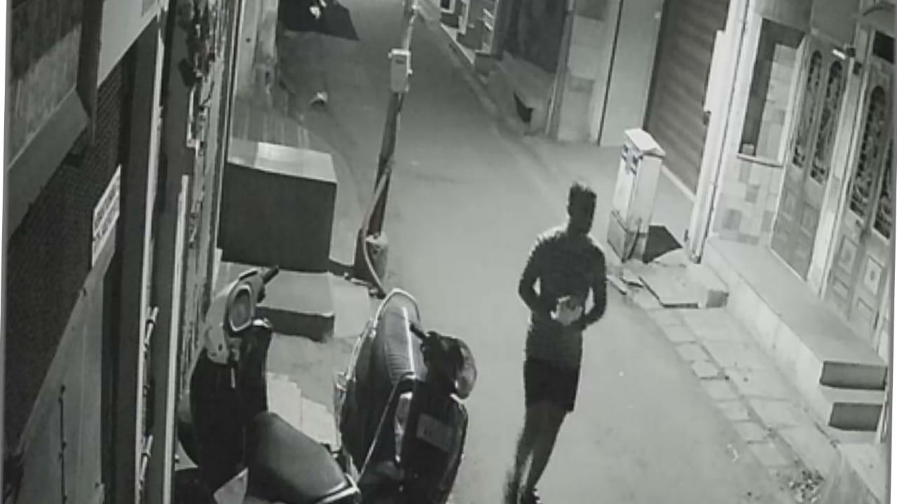 #Surat - વાડી ફળીયામાં અસામાજિક તત્વોનો આતંક : રાત્રી દરમિયાન પત્થર મારી ગાડીઓમાં તોડફોડ, જુઓ VIDEO