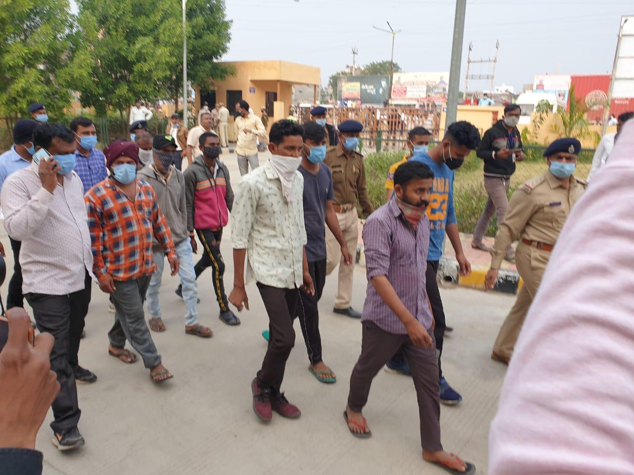 #Panchmahal - ગોચરની જમીનમાં ખોટી રીતે એન્ટ્રી પડાતા આઠ લોકો આત્મવિલોપન કરવા કલેકટર કચેરી પહોંચ્યા