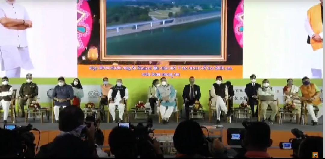 #Rajkot - PM મોદીની સતત બીજા દિવસે વર્ચ્યુઅલ હાજરી, 118 કરોડનાં 'લાઈટ હાઉસ પ્રોજેક્ટ'નો કર્યો શિલાન્યાસ, કહ્યું- નવી ટેકનોલોજીથી ઝડપી-સસ્તા મકાન બનશે