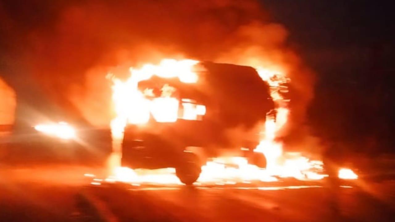 #Rajkot - ગોંડલ નજીક કાર-ટ્રક વચ્ચે જોરદાર ટક્કરને કારણે બંને વાહનોમાં આગ, ત્રણ જીવતા ભૂંજાયા, VIDEO